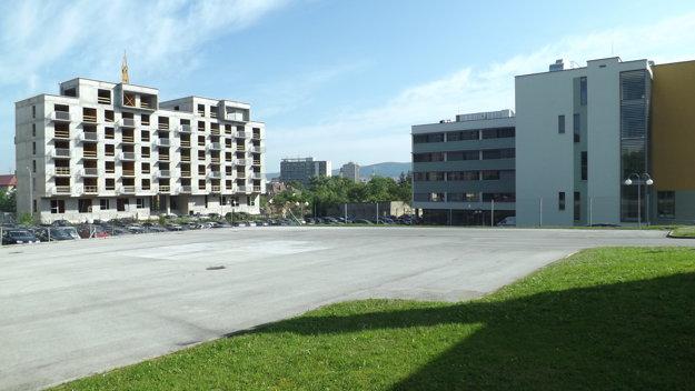 Pristávacia plocha. Vpravo je liečebný pavilón, rozostavaná budova vľavo je mimo areálu nemocnice.