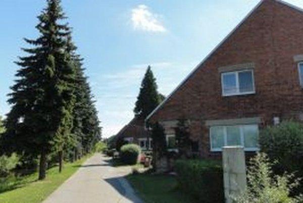 Domy sú postavené netradične sfasádou zneomietanej tehly, príznačnej pre anglickú architektúru.