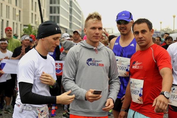 Moderátor Sajfa, lyžiar Adam Žampa a herec Filip Tůma na behu Wings for Life