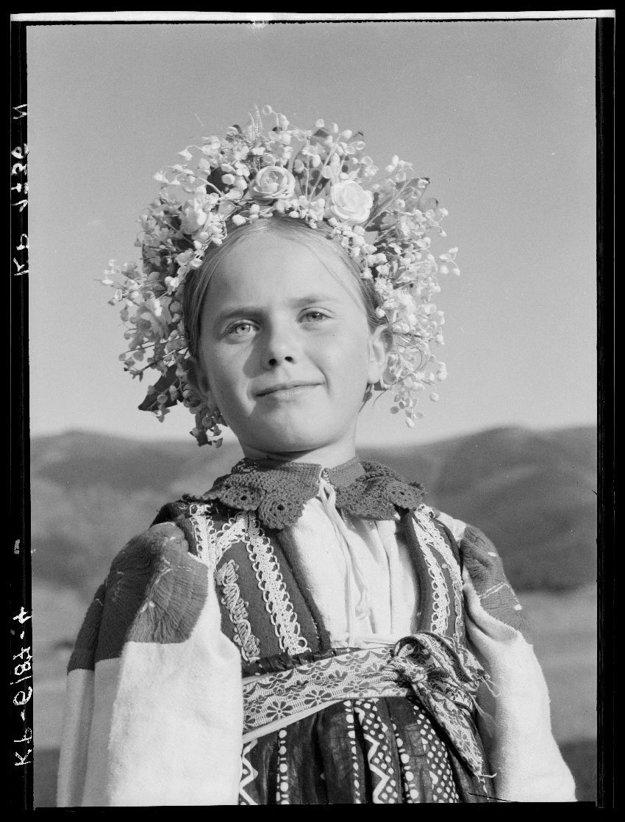 Ani v diele Karola Plicku, fotografa a zberateľa folklóru nechýbali deti. Portrét dievčatko s kvetinovou partou pochádza z Liptovskej Lúžnej z roku 1947.