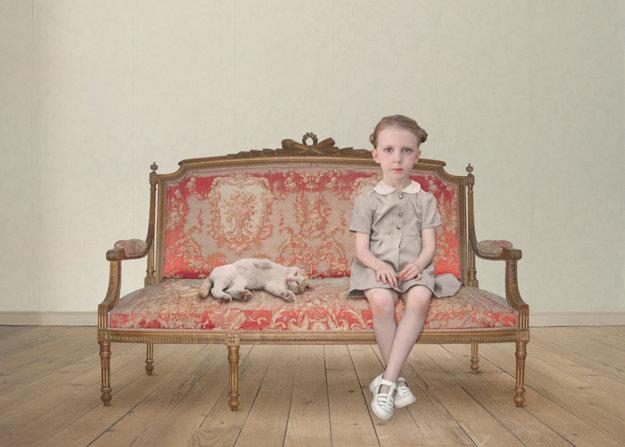 Súčasná fotografka Loretta Lux vytvára svoje krásne znepokojivé obrazy pomocou kombinácie fotografií, malieb a digitálnej manipulácie. Motívom sú zvyčajne malé deti.