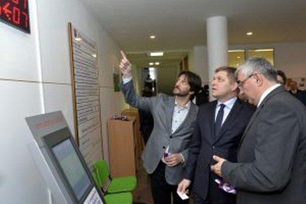 Premiér so svojím ministrom Kaliňákom a prednosta okresného úradu Juraj Bódi.