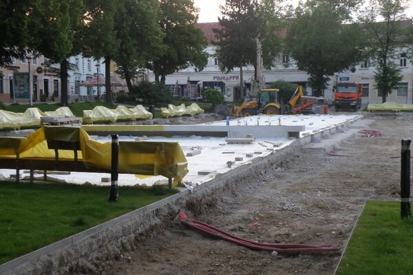 Práce na fontáne boli načas prerušené.