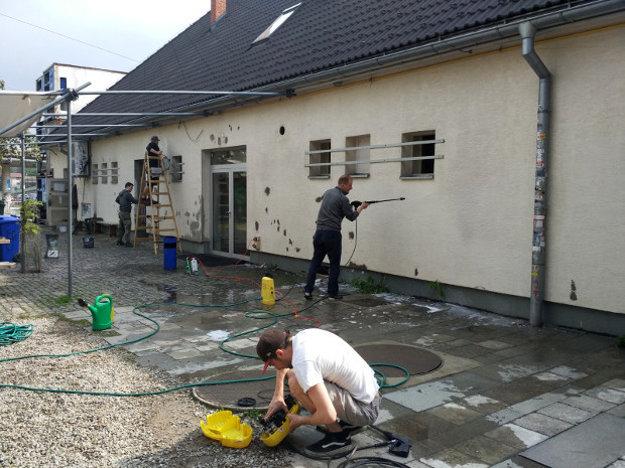 Foto z opravy fasády stanice.