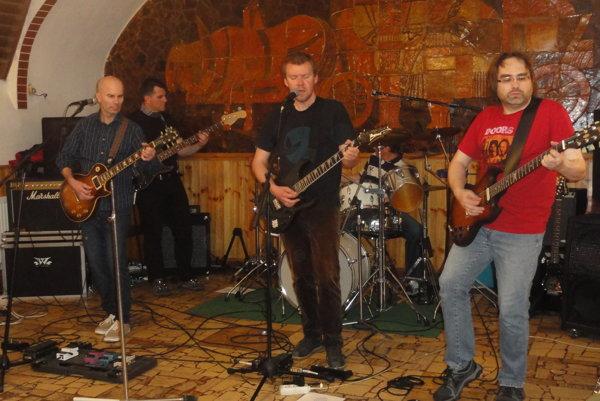 Zľava Martin Zaťko, Valent Chorvát, Martin Valach, Robo Kertész a Martin Mozola počas koncertu vo Furmanskej vinárni.