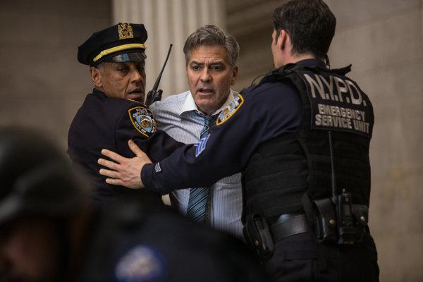 Arogantného moderátora si zahral George Clooney, vo filme mu asistujú aj Julia Roberts či Caitriona Balfe.
