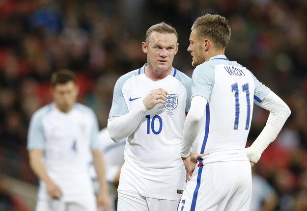 Rooney (vľavo) by mal v útoku pôsobiť s Jamiem Vardym.