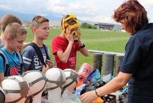 Deti si skúšajú aj plynové masky.