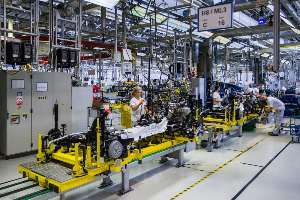 V hale na výrobu agregátov vzniká podvozok vozidla. Ten putuje 282 m dlhým tunelom priamo na montážnu linku.