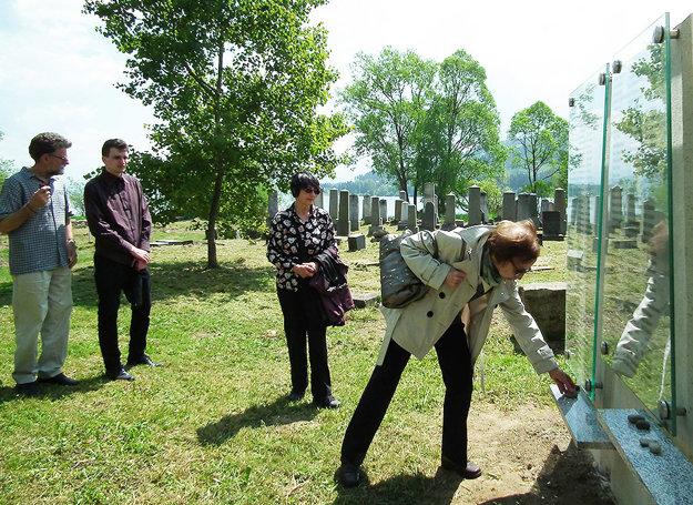 Obete holokaustu si Židia uctili malými kamienkami.