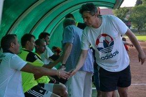 Tréner Juraj Randlisek (vpravo) podáva po víťazstve nad Lučencom ruku zranenému Michalovi Prepelicovi.