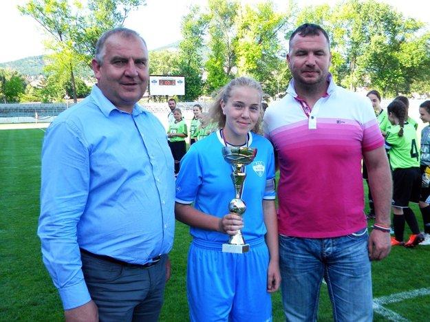 Kapitánke Denise Čerešňákovej blahoželali Pavol Šípoš, viceprezident SFZ a Roland Szöcs z komisie ženského futbalu.