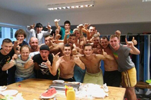Nefalšovaná radosť futbalistov Krásna nad Kysucou po úspešnom zápase so Skalicou.
