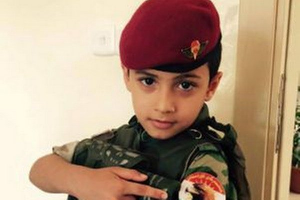 Chlapec v utečeneckom tábore na Blízkom východe. Jeho otec bojoval ako vojak proti radikálom z ISIL. Zabili ho. Teraz nosí uniformu, ktorú obliekal aj jeho otec.