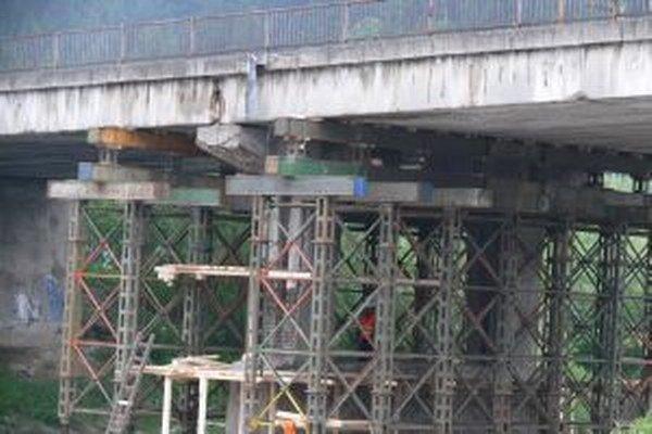Cestári najskôr urobili na horelickom  moste dočasné podoprenie mostnej konštrukcie.