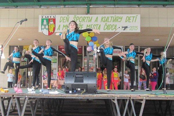 Súbor moderného tanca JOJA s dynamickou choreografiou.