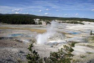 Jeden z horúcich prameňov v Yellowstonskom parku.