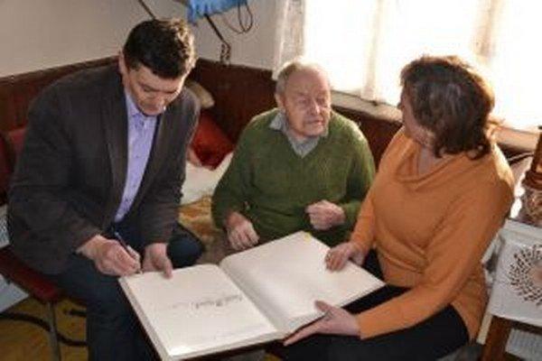 Jozef Kajánek zo Staškova oslávil v januári deväťdesiate deviate narodeniny. Zablahoželať mu prišiel aj starosta Ladislav Šimčisko.