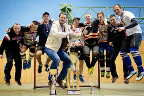 Hbk Raková vo víťaznom poskoku s partnerom súťaže Františkom Kučákom.