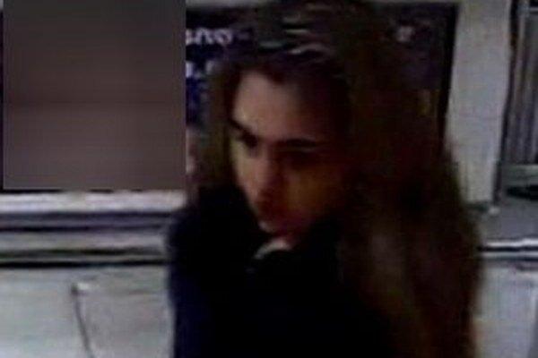Polícia žiada širokú verejnosť o pomoc pri stotožnení neznámej osoby, ktorú zachytil kamerový systém.