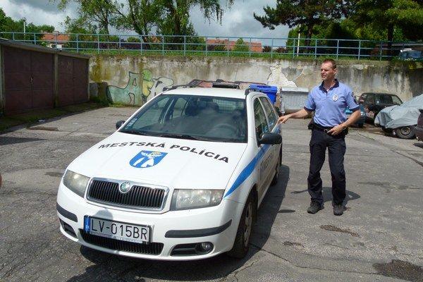 Náčelník a zároveň jediný príslušník mestskej polície do ulíc vyráža v popoludňajších hodinách.