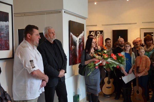 Doktor L. Kaszás (vľavo) na otvorení výstavy.