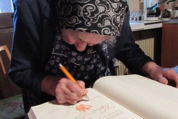 Mária Kóšová sa podpísala do kroniky.