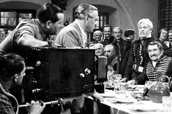 Pri nakrúcaní filmu Zemianska česť (zľava: kameraman V. Huňka, režisér V. Bahna, oproti: bielovlasý zeman J. Kroner, sediaci A. Bagar, za Kronerom H. Meličková).