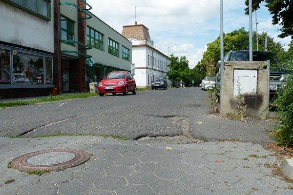 Jeden z dvoch pilomatov je už niekoľko rokov nefunkčný a zasunutý v zemi na Ul. sv. Michala. Na okraji cesty (vpravo) je betónový stĺp s elektronikou, vďaka ktorej sa dal obsluhovať na diaľku.