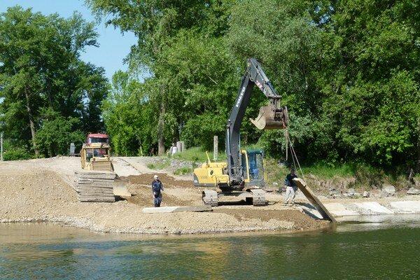 Práce sa začali na novotekovskej strane Hrona.