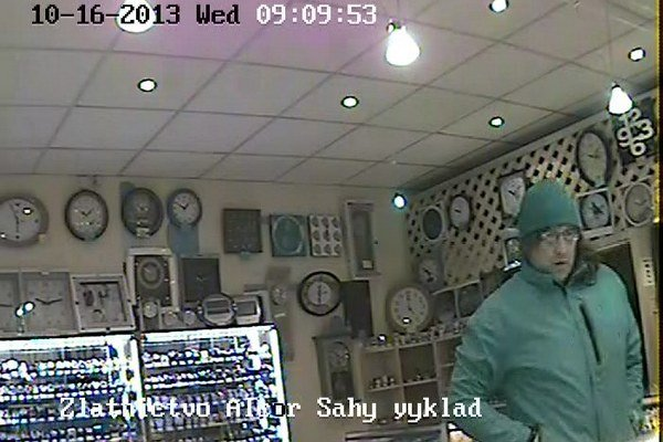 Polícia pátra po tomto mužovi. Zachytila ho kamera.