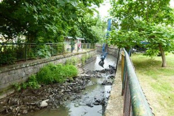 Na dne kanála Perec sa rokmi uložili nánosy a vyhodený komunálny odpad.