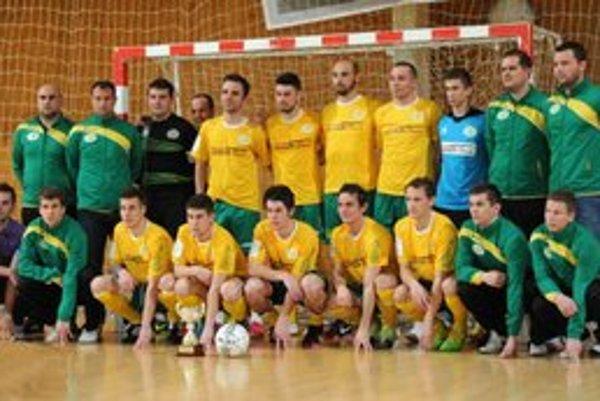 Levické mužstvo s trofejou.