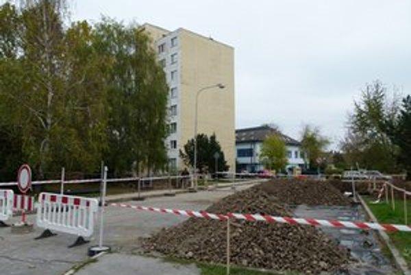 Okolo Marxovej ulice v Leviciach sú uzávierky ciest.
