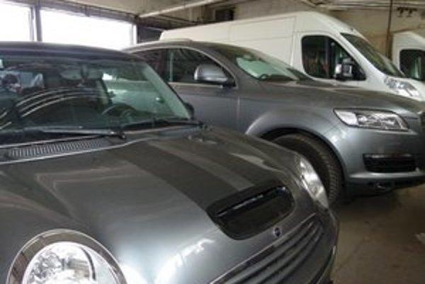 U luxusných áut, ktoré skončili v policajných garážach v Leviciach, prevládajú sivá metalíza a biela a čierna farba.