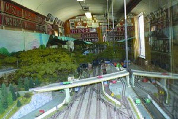 Zmenšenú maketu vozia v železničnom vagóne.