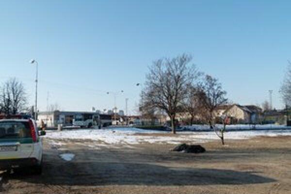 Zamrznutý muž bol nájdený pred pol siedmou ráno pri autobusovej stanici.
