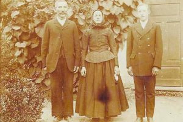 Ján Šikeť s manželkou a synom. Listy od brata Samuela starostlivo zachoval pre potomkov.