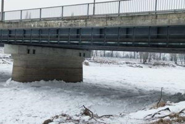Na Hrone medzi Kozárovcami a Tlmačami sa začínajú hromadiť ľadové kryhy. Pred tromi rokmi ich lámali výbušninami.