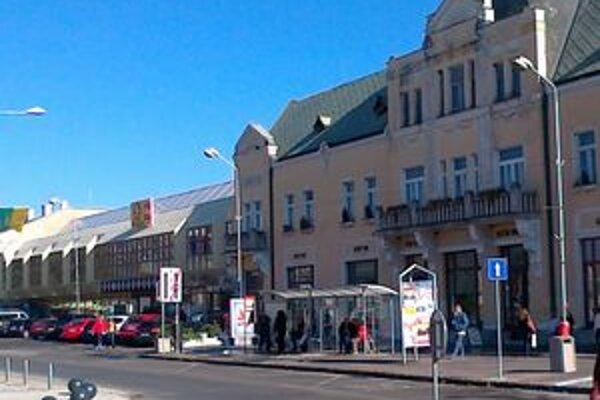 Mestská hromadná doprava od dnes stojí aj v centrálnej časti Levíc.