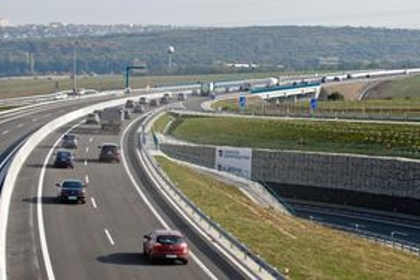 Podľa nového znenia musia autá dodržiavať dvojsekundový odstup, pre autobusy a nákladné autá je povinný odstup trojsekundový.