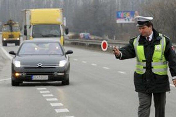 Nielen s vysokou pokutou, ale až za mrežami môžu od novembra skončiť motoristi. Hranica je jedno promile alkoholu.