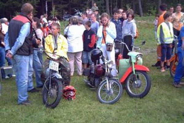 V Čechách, kde dostali Babetty výnimku zo zákona, s obľubou organizujú preteky mopedov.