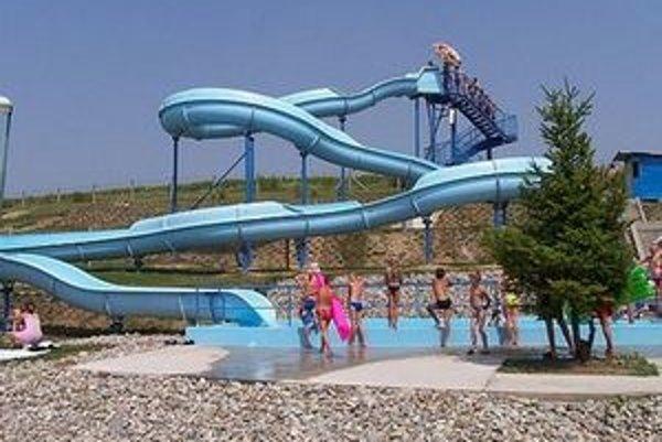 Kvôli premenlivému počasiu dovolenkujúci turisti toto leto zábavu a vodu na kúpaliskách v regióne vyhľadávajú menej ako po minulé roky.