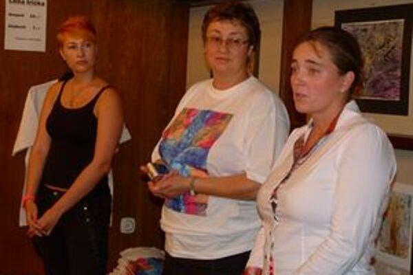 Výtvarníčka Laura Écsiová (vpravo) na otvorení výstavy.