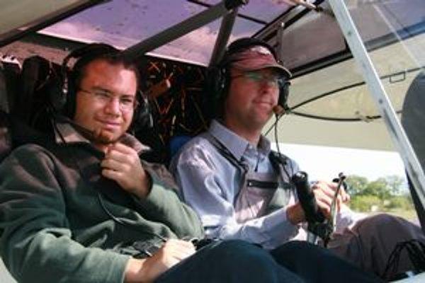 Vľavo Marek Frajt, vpravo inštruktor Roman Kováč.