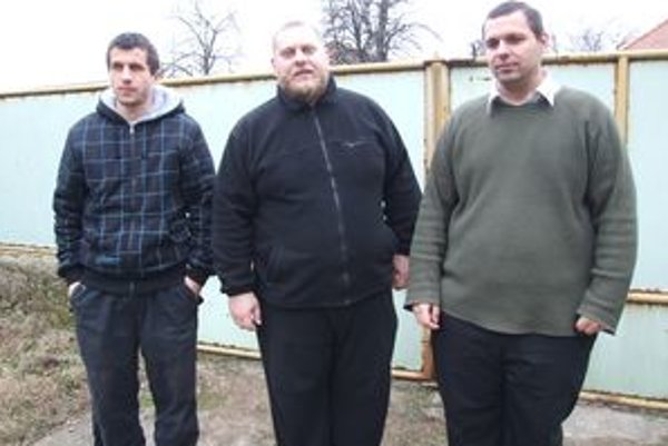 Martin Chlebek, Martin Jarabica a Stanislav Cigánek na dvore rodinného domu v Jarku.