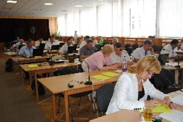 Poslanci počas riadneho zasadnutia krajského zastupiteľstva.