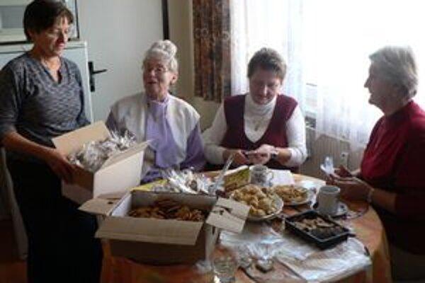 Levické združenie má 12 členiek. V panelákovej kuchyni z vlastných peňazí pečú medovníky.