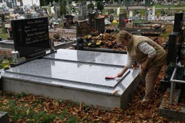 Údržbe hrobov sa venujú skôr dôchodcovia, mladí podľa ich slov, nemajú čas.